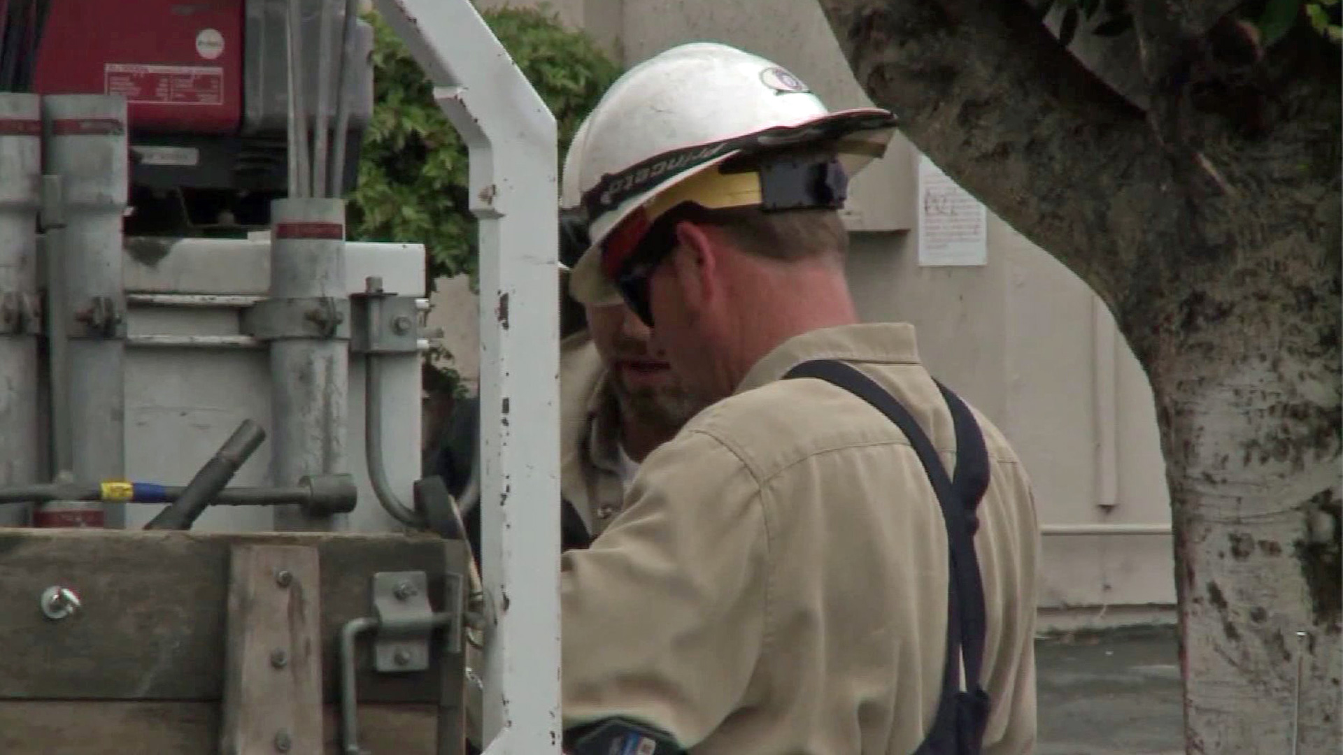A Southern California Edison crew works to restore power in this file photo. (Credit: KTLA)