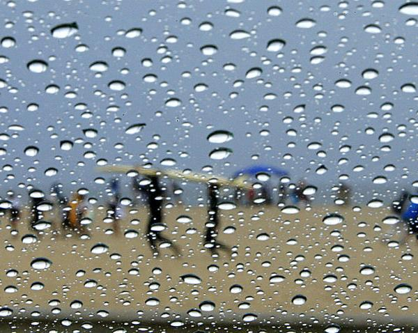 Rain gathers on windows as beachgoers come and go from Santa Monica beach in this file photo. (Credit: Allen J. Schaben / Los Angeles Times)