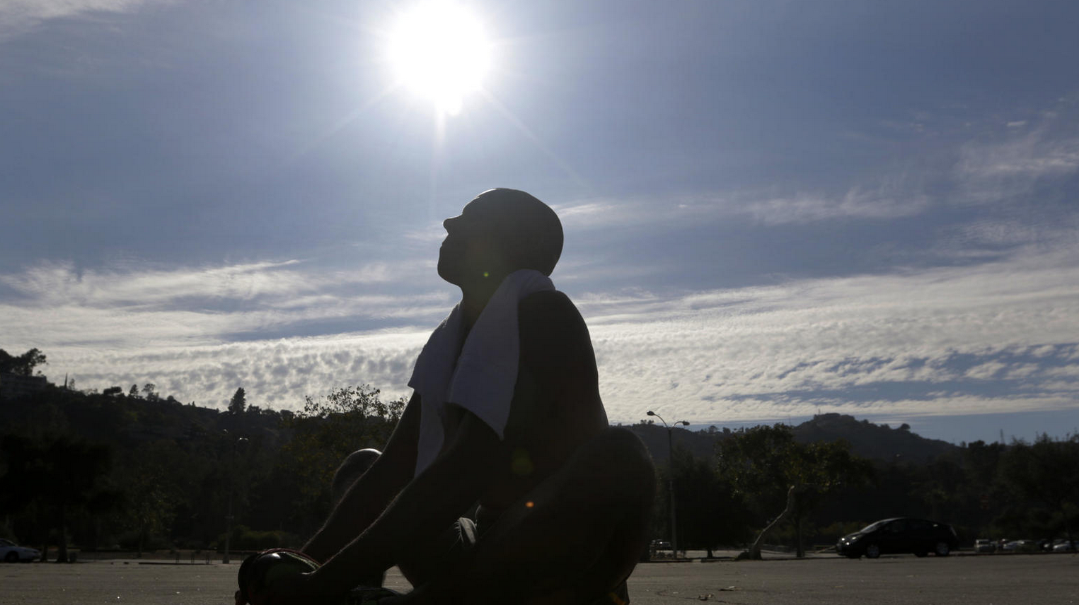 Eddie Villegas takes a breather after a vigorous run on this sweltering day at the Rose Bowl in Pasadena. (Credit: Lawrence K. Ho / Los Angeles Times)