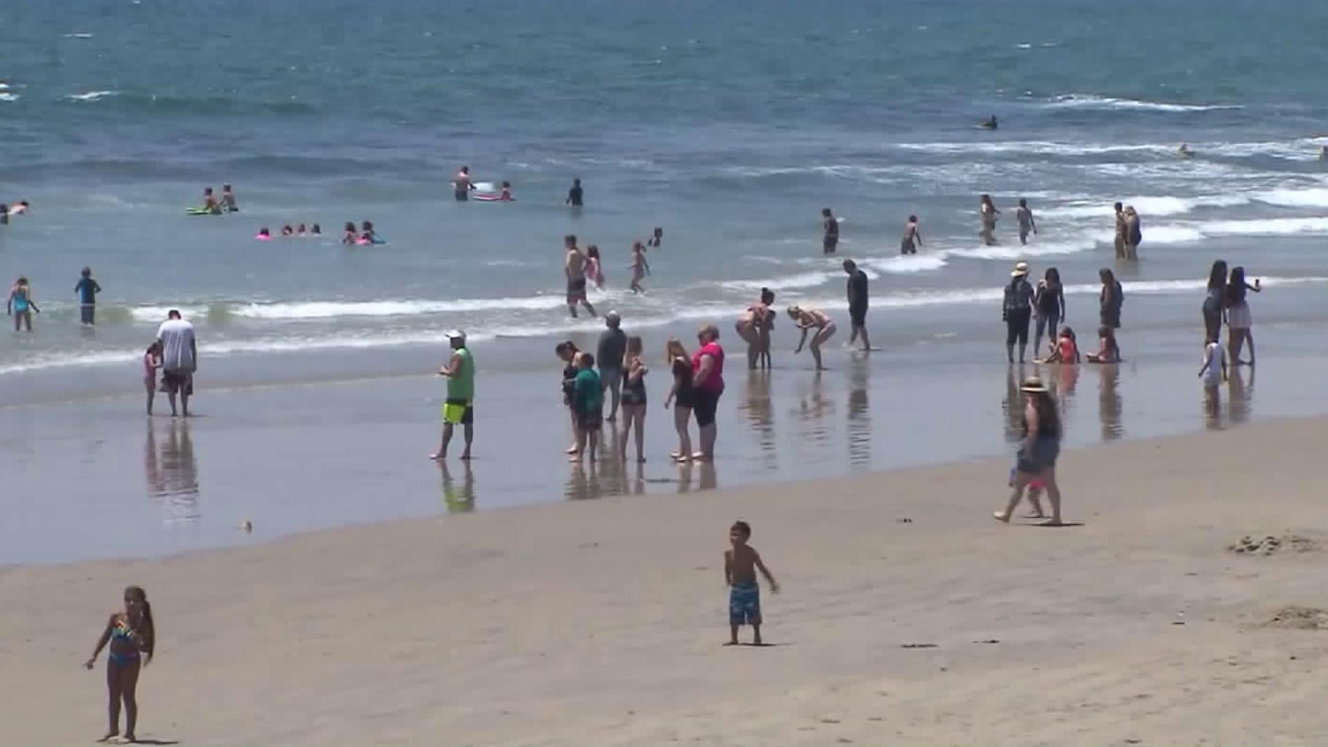 Beachgoers escape the heat wave in Newport Beach on June 17, 2016. (Credit: KTLA)