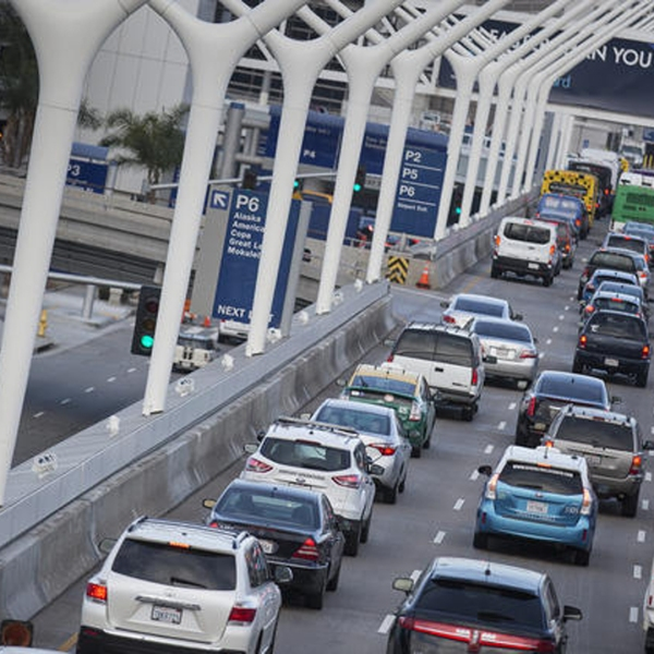 Traffic is jammed on the upper level for departing travelers at LAX on a Friday morning in May. (Credit: Brian van der Brug / Los Angeles Times)