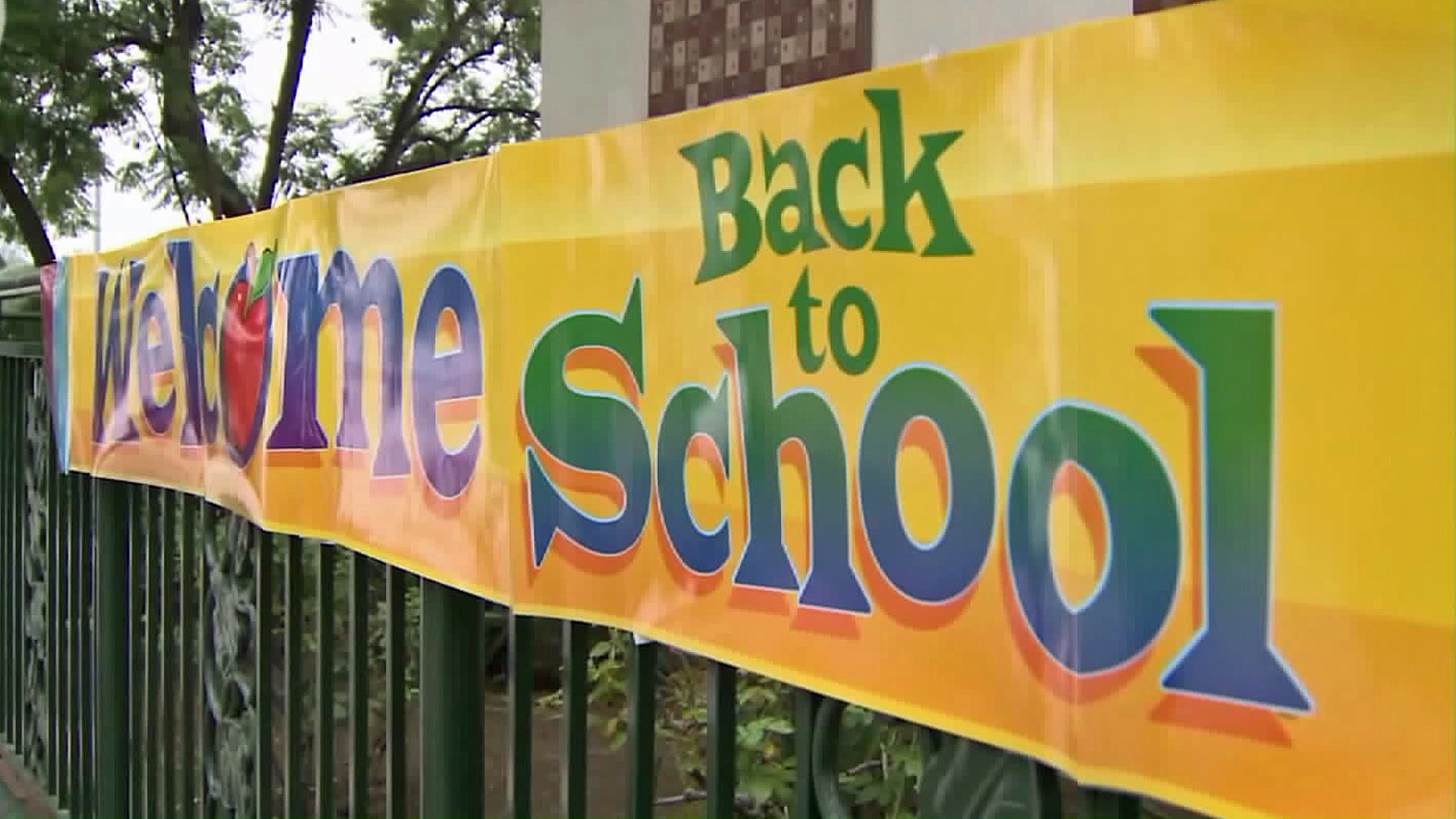 A banner at an LAUSD campus welcomes students back to school. (Credit: KTLA)