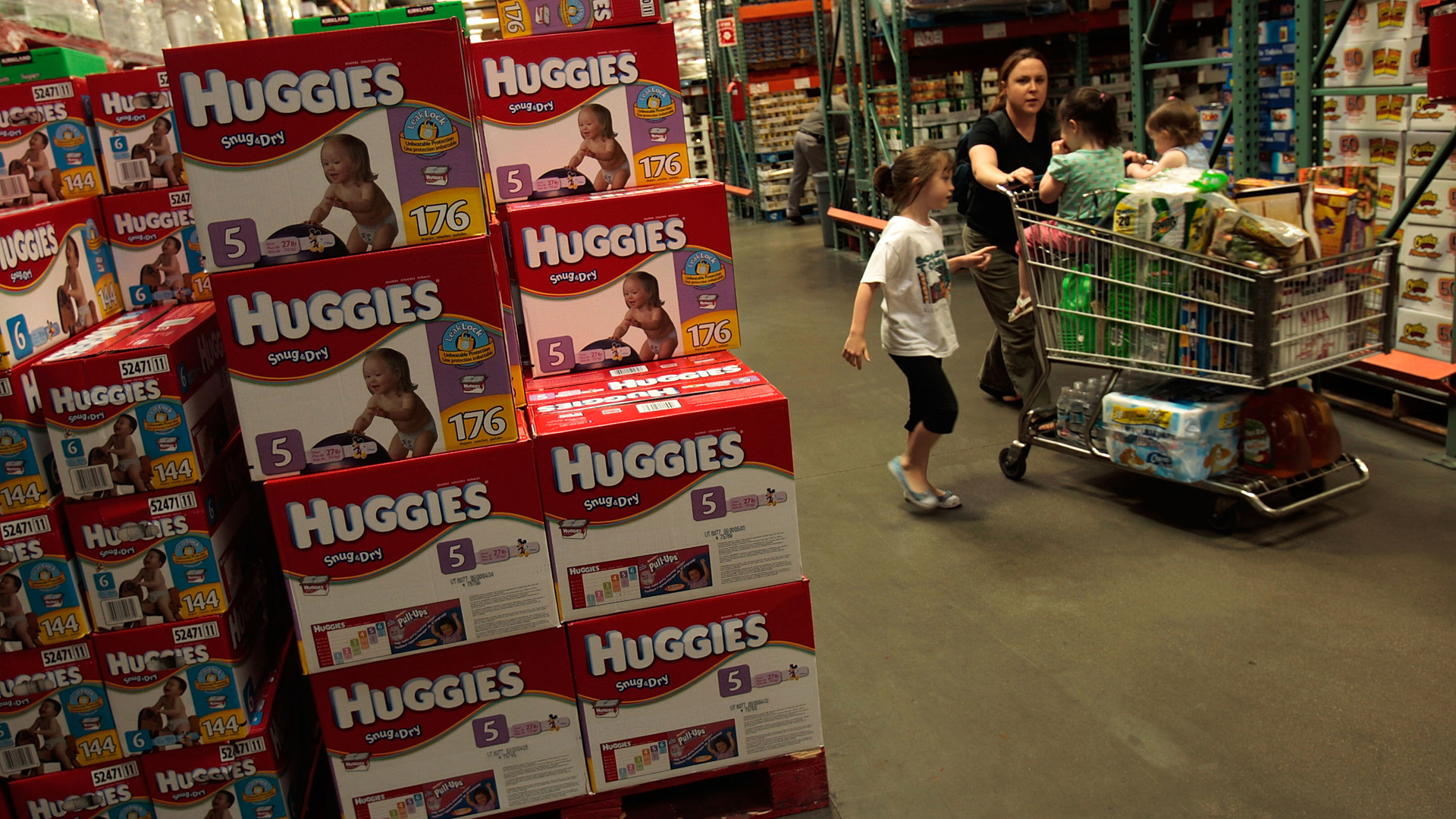 A family passes by bulk packages of diapers at a Costco store April 4, 2008 in Tucson, Arizona. (Credit: Chris Hondros/Getty Images)