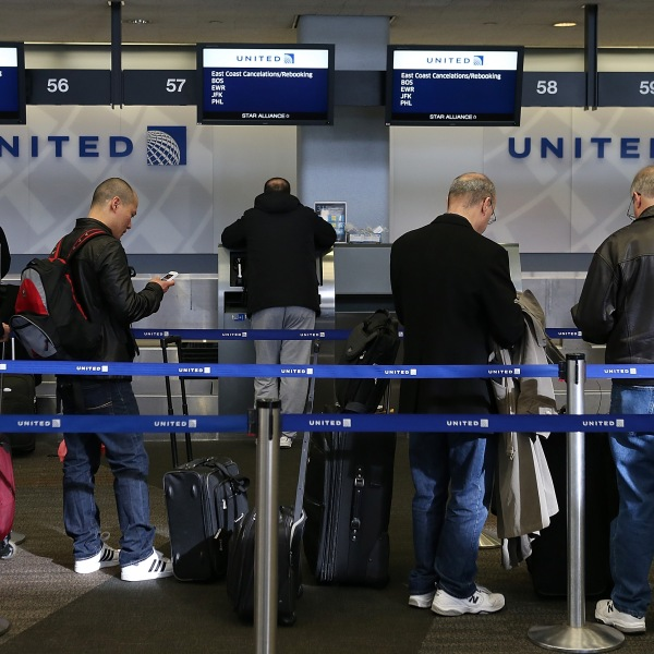 United Airlines passengers line up to rebook flights that were canceled due to weather on Feb. 8, 2013, in San Francisco. (Credit: Justin Sullivan/Getty Images)
