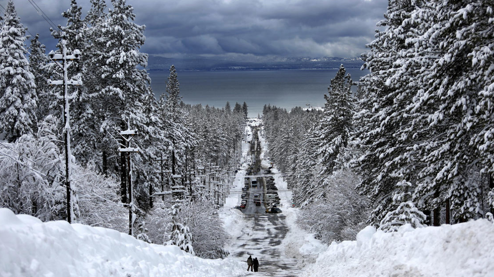 A January 2017 storm dropped large amounts of snow along Ski Run Boulevard in South Lake Tahoe. (Credit: Gary Coronado / Los Angeles Times)