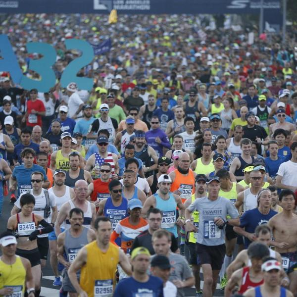 The 32nd annual Los Angeles Marathon begins at Dodger Stadium on March 19, 2017. (Credit: Patrick T. Fallon / Los Angeles Times)