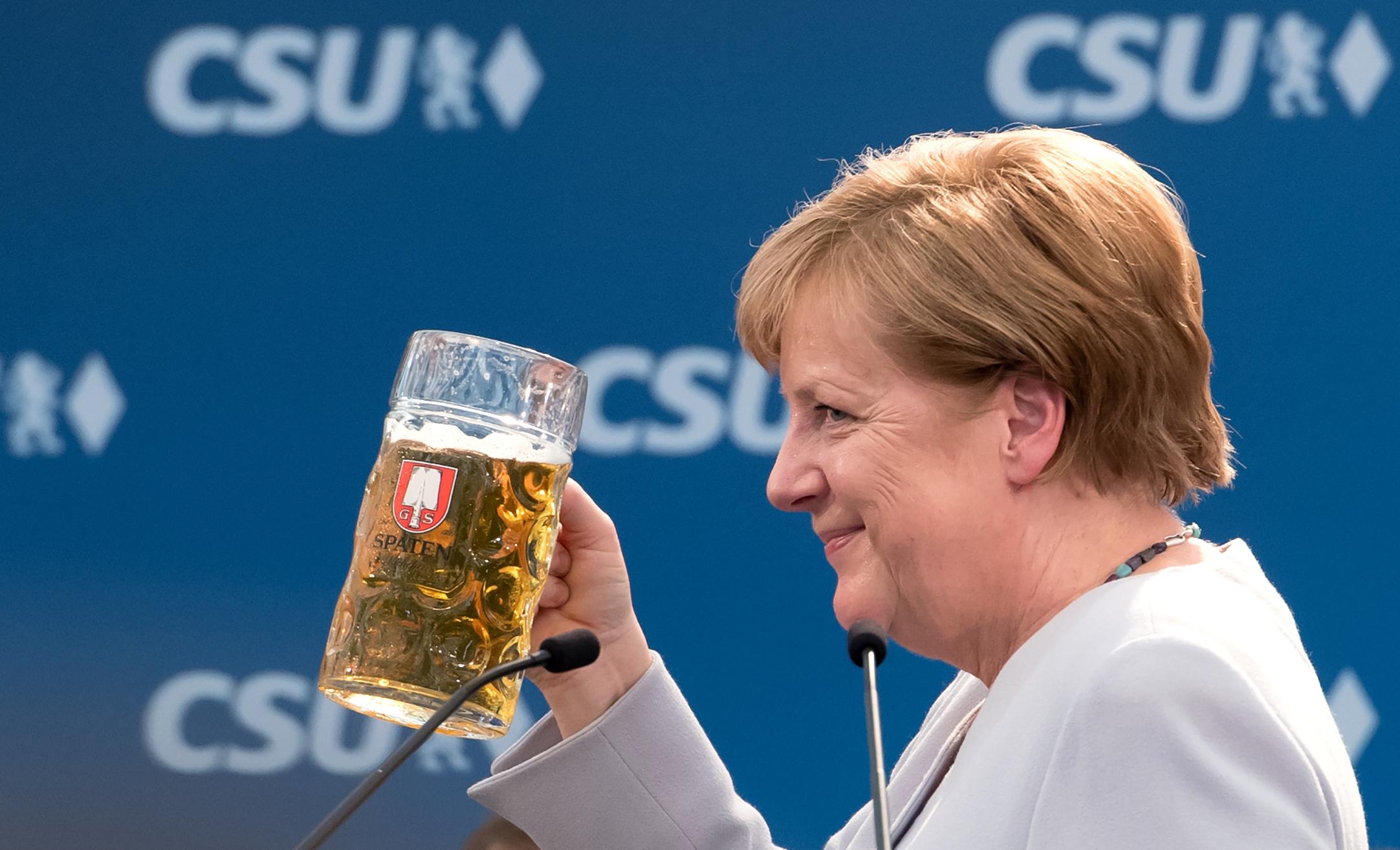 пол фото меркель с пивом русский язык