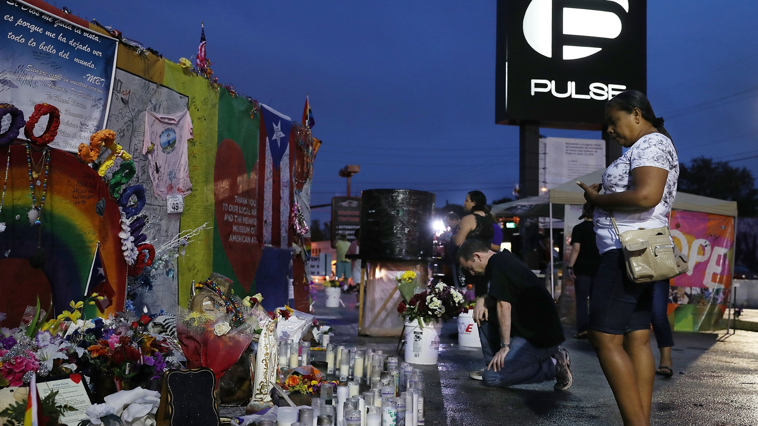 Christian Malone prays as he visits the memorial to the victims of the mass shooting setup around the Pulse nightclub one day before the one year anniversary of the shooting on June 11, 2017 in Orlando, Florida.(Credit: Joe Raedle/Getty Images)