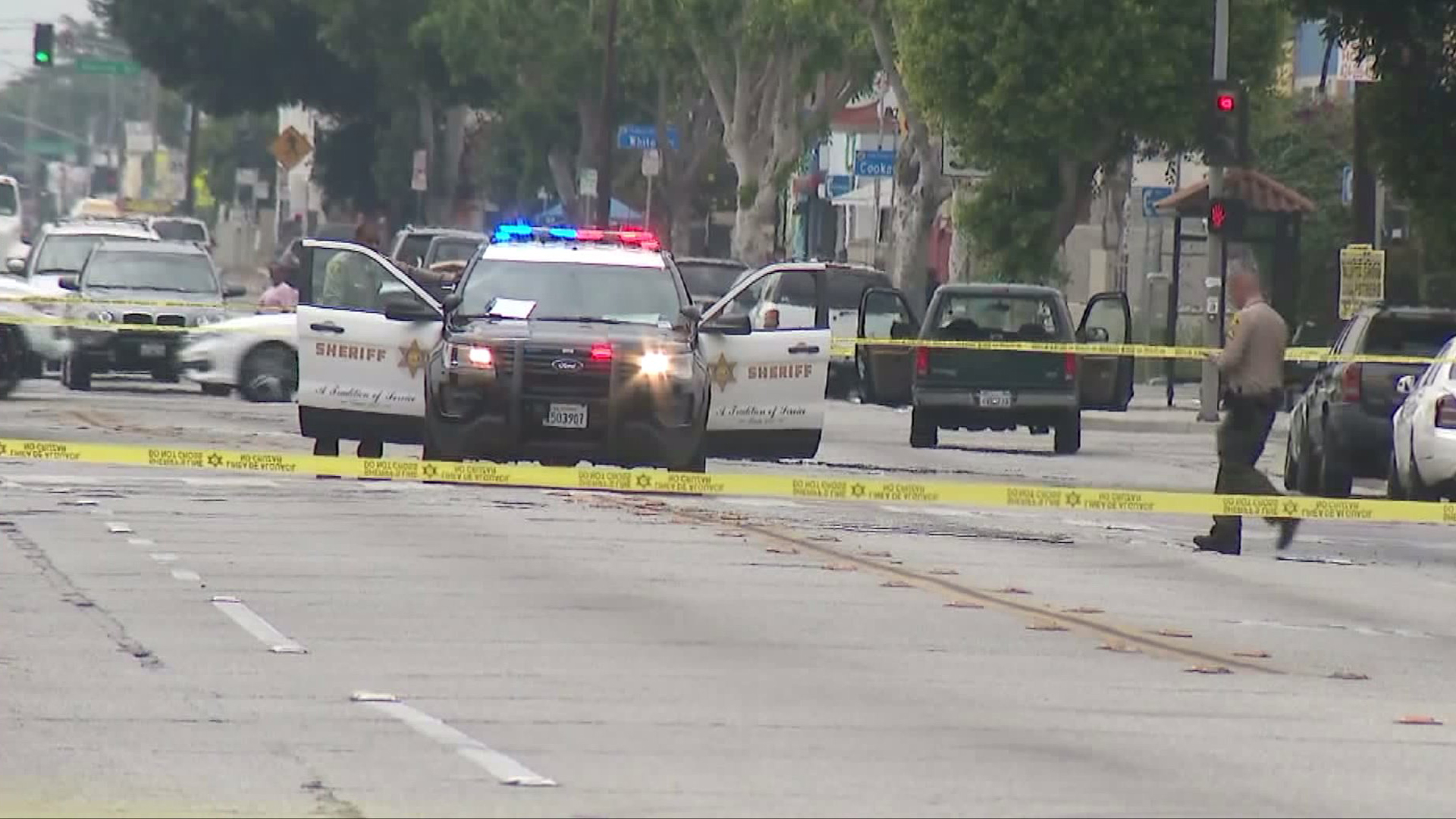 Deputies investigate the shooting of a young boy in East Compton on June 7, 2017. (Credit: KTLA)