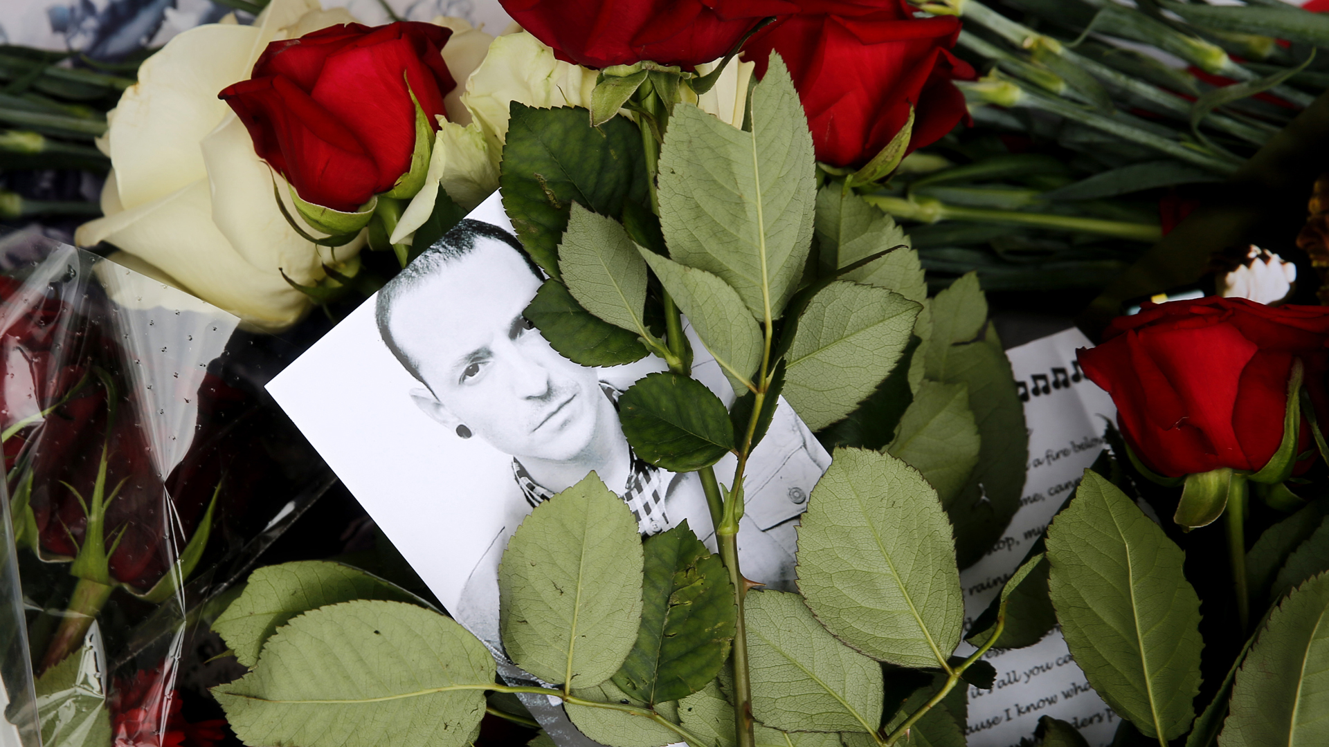 Red roses and a picture of Linkin Park frontman Chester Bennington were laid in front of the US embassy in central Moscow, Russia, on July 22, 2017. (Credit:MAXIM ZMEYEV/AFP/Getty Images)