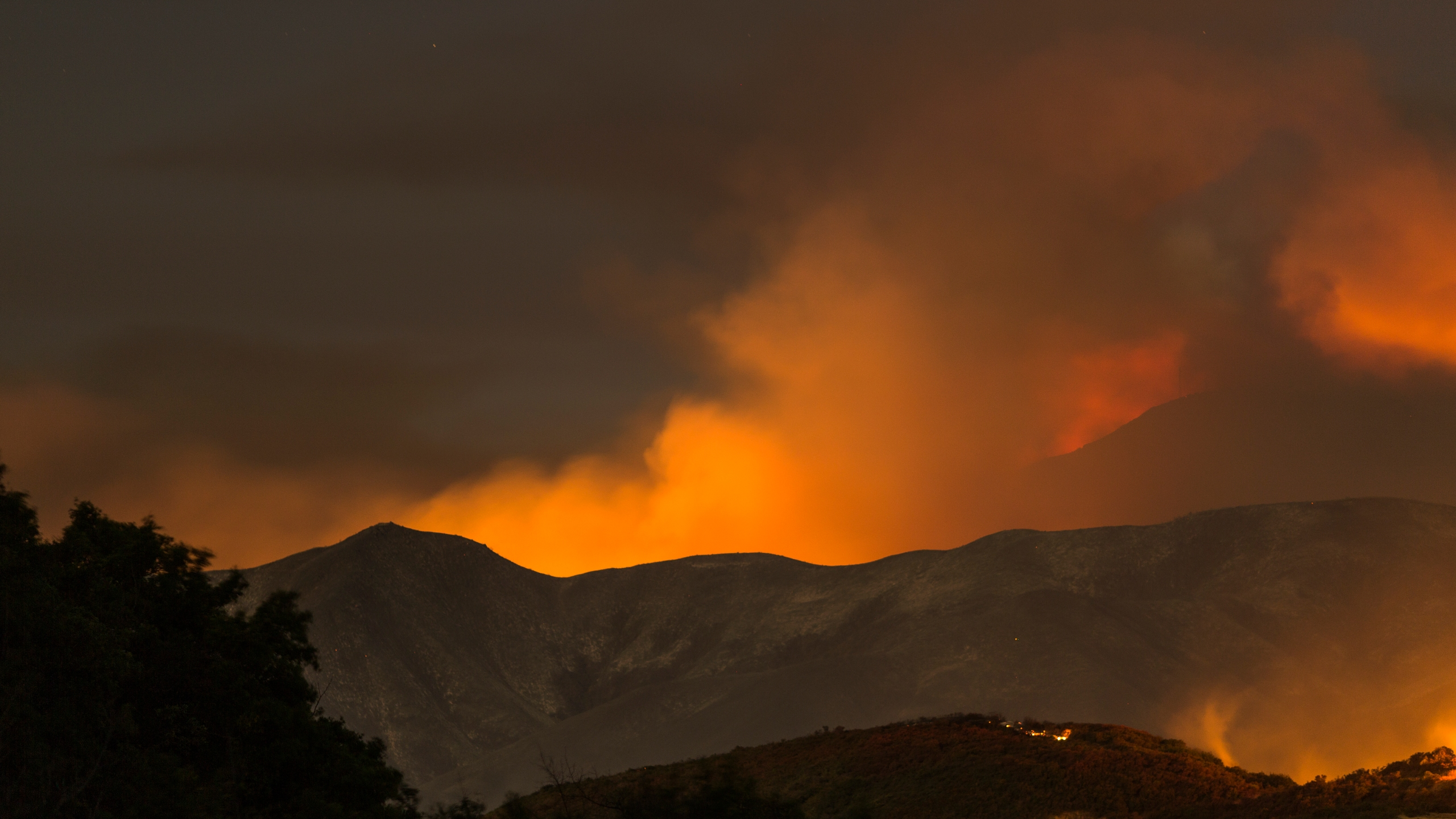 The Whittier Fire burns through the night on July 9, 2017 near Santa Barbara. (Credit: David McNew/Getty Images)