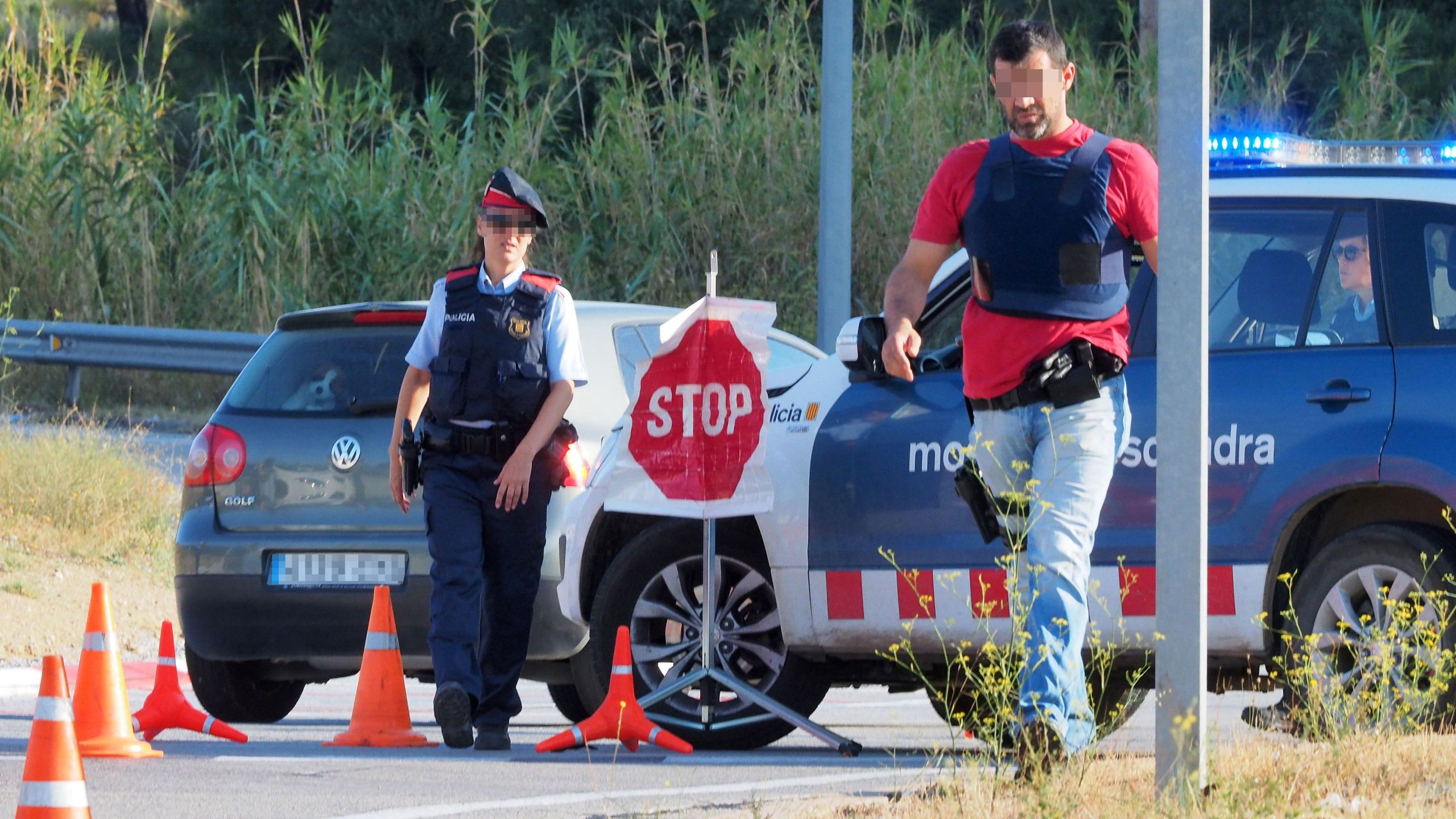 Spanish police officers control vehicles on their way to cross the Spain-France border between La Jonquera, northern Spain, and Le Perthus, southern France, on August 18, 2017. (Credit: RAYMOND ROIG/AFP/Getty Images)