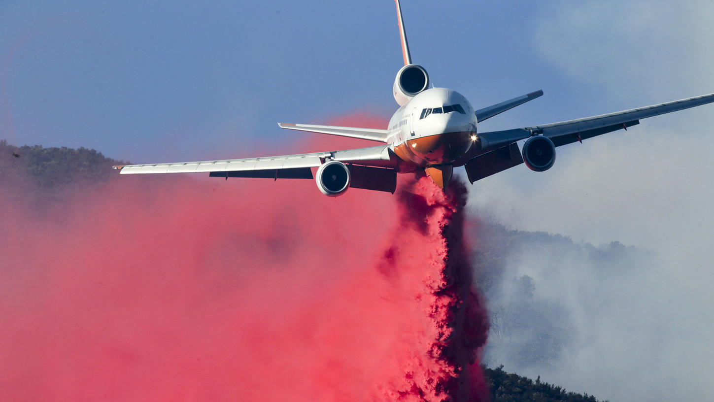 A DC-10 makes a fire retardant drop on the Canyon Fire in the Santa Ana Mountains near Corona in late September 2017. (Credit: Irfan Khan / Los Angeles Times)