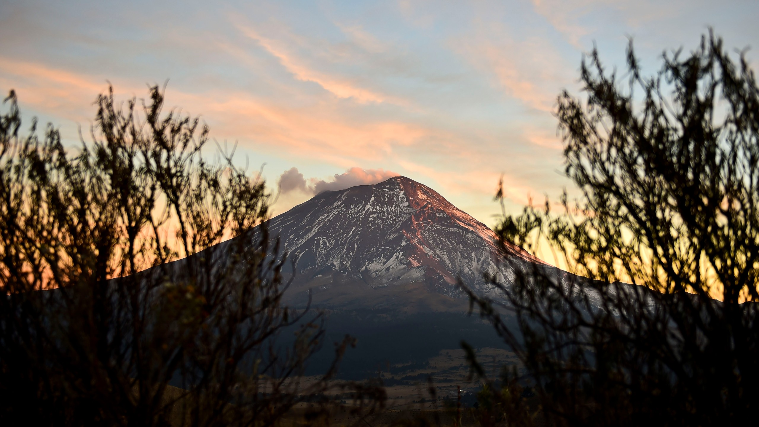 A cloud of ash and smoke spewed by the Popocatepetl Volcano photographed from the Izta-Popo National Park, in the central Mexican state of Puebla, on Jan. 31, 2016. (Credit: Ronaldo Schemidt / AFP / Getty Images)