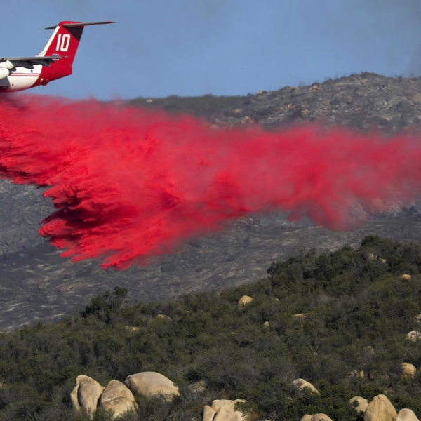 Fighting the Wildomar fire continues from air and ground near the affluent and exclusive community of La Cresta. (Credit: Irfan Khan / Los Angeles Times)