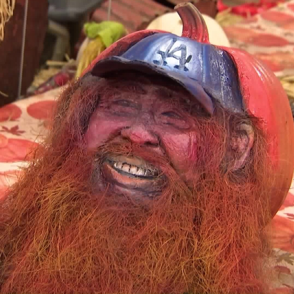 A pumpkin with the likeness of Los Angeles Dodgers third baseman Justin Turner is seen at a pumpkin patch in La Crescenta on Oct. 30, 2017. (Credit: KTLA)