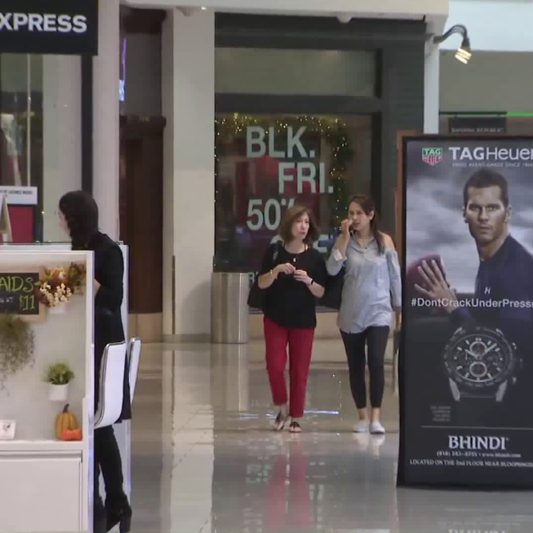 Shopper peruse the Glendale Galleria on Nov. 25, 2017. (Credit: KTLA)