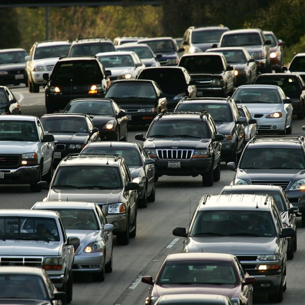 Rush hour traffic fills the 101 freeway on March 22, 2006 in Los Angeles, California. (Credit: David McNew/Getty Images)
