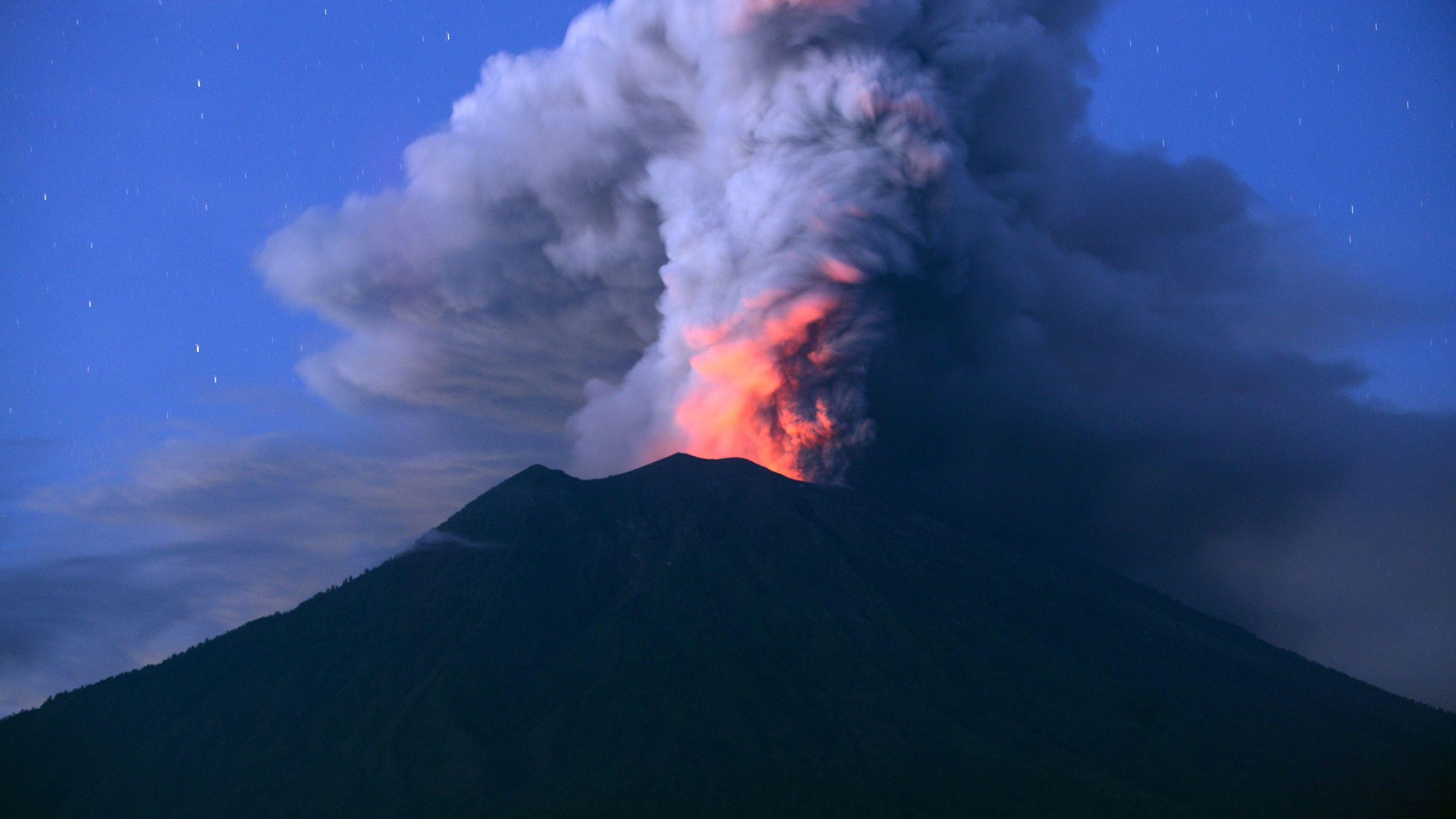 Mount Agung on Indonesia's resort island of Bali erupts on Nov. 28, 2017. (Credit: SONNY TUMBELAKA/AFP/Getty Images)