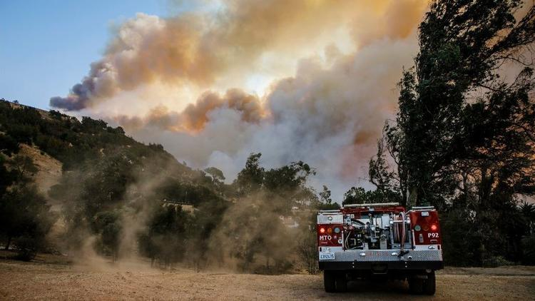 Strong Santa Ana winds pushed the Thomas Fire south toward Montecito on Dec. 16, 2017. (Marcus Yam/Los Angeles Times)
