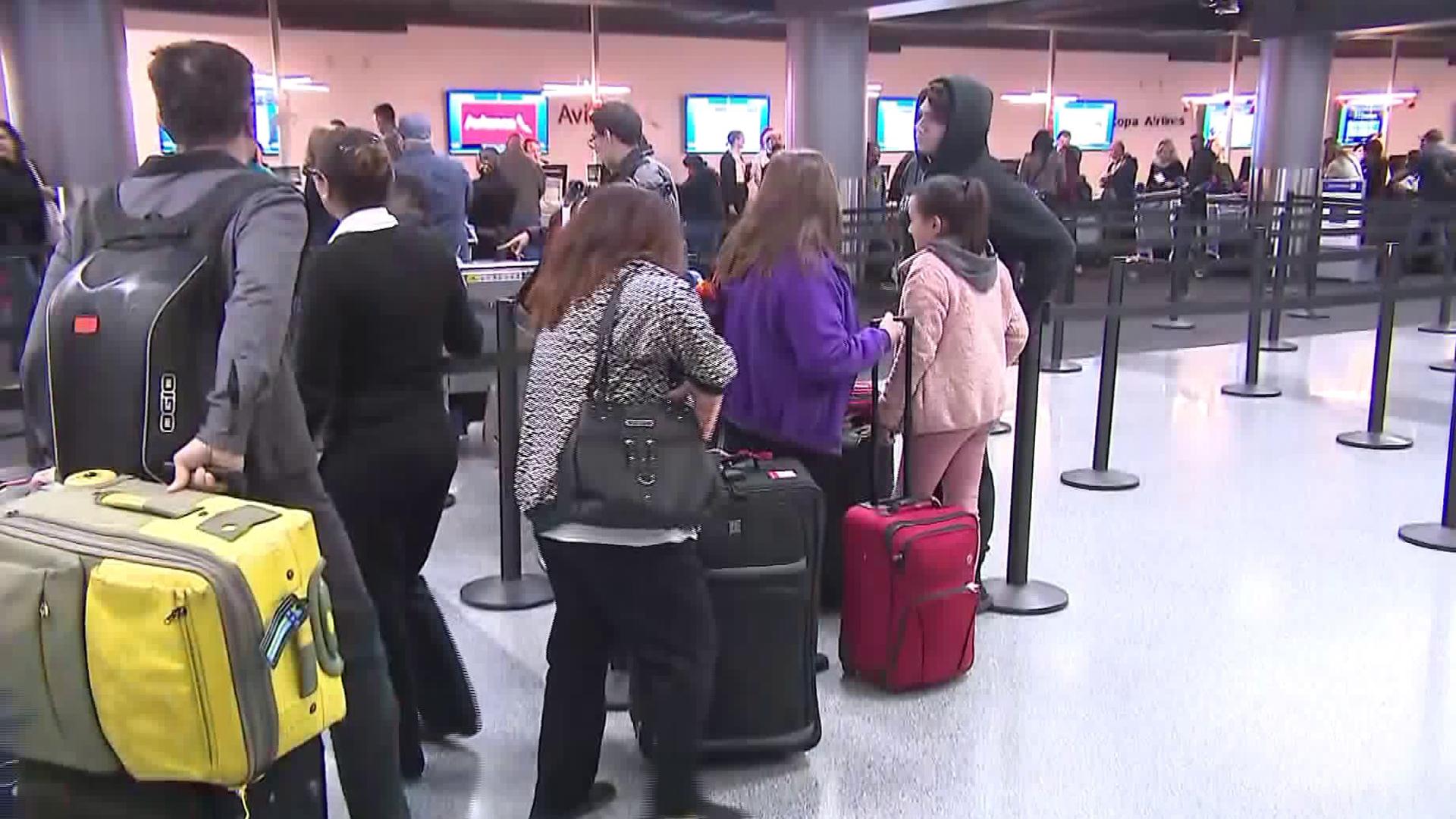 Travelers pass through LAX on Dec. 20, 2017. (Credit: KTLA)
