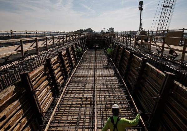 Construction workers at a viaduct being built to extend over State Route 99 and North and Cedar Avenues in Fresno County in this undated photo. (Credit: Marcus Yam / Los Angeles Times)