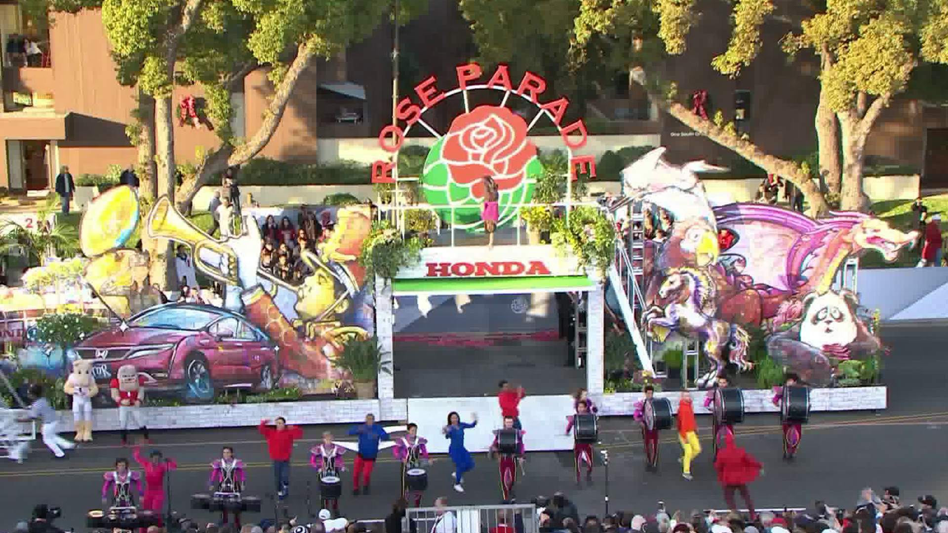 A float is seen at the beginning of the 2018 Rose Parade in Pasadena on Jan. 1, 2018. (Credit: KTLA)