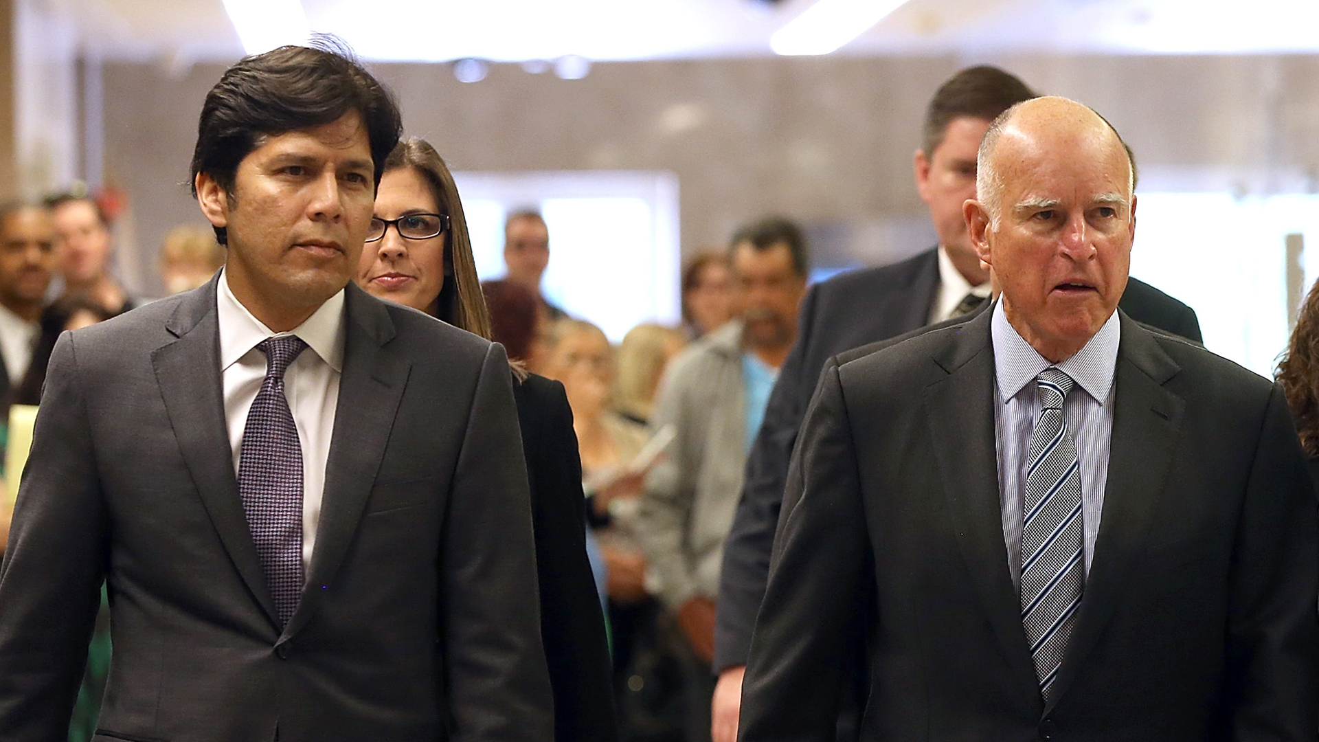 California Gov. Jerry Brown walks with Senate President pro Tempore Kevin de Leon to a news conference to announce emergency drought legislation on March 19, 2015, in Sacramento. (Credit: Justin Sullivan/Getty Images)