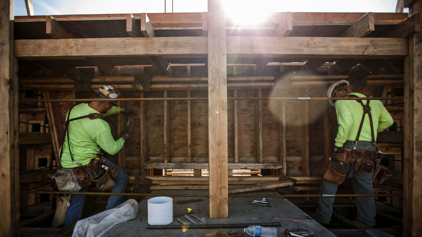 Carpenters in January 2018 work on a viaduct being built over Highway 99 in Fresno County as part of the California high-speed rail project. (Credit: Marcus Yam / Los Angeles Times)
