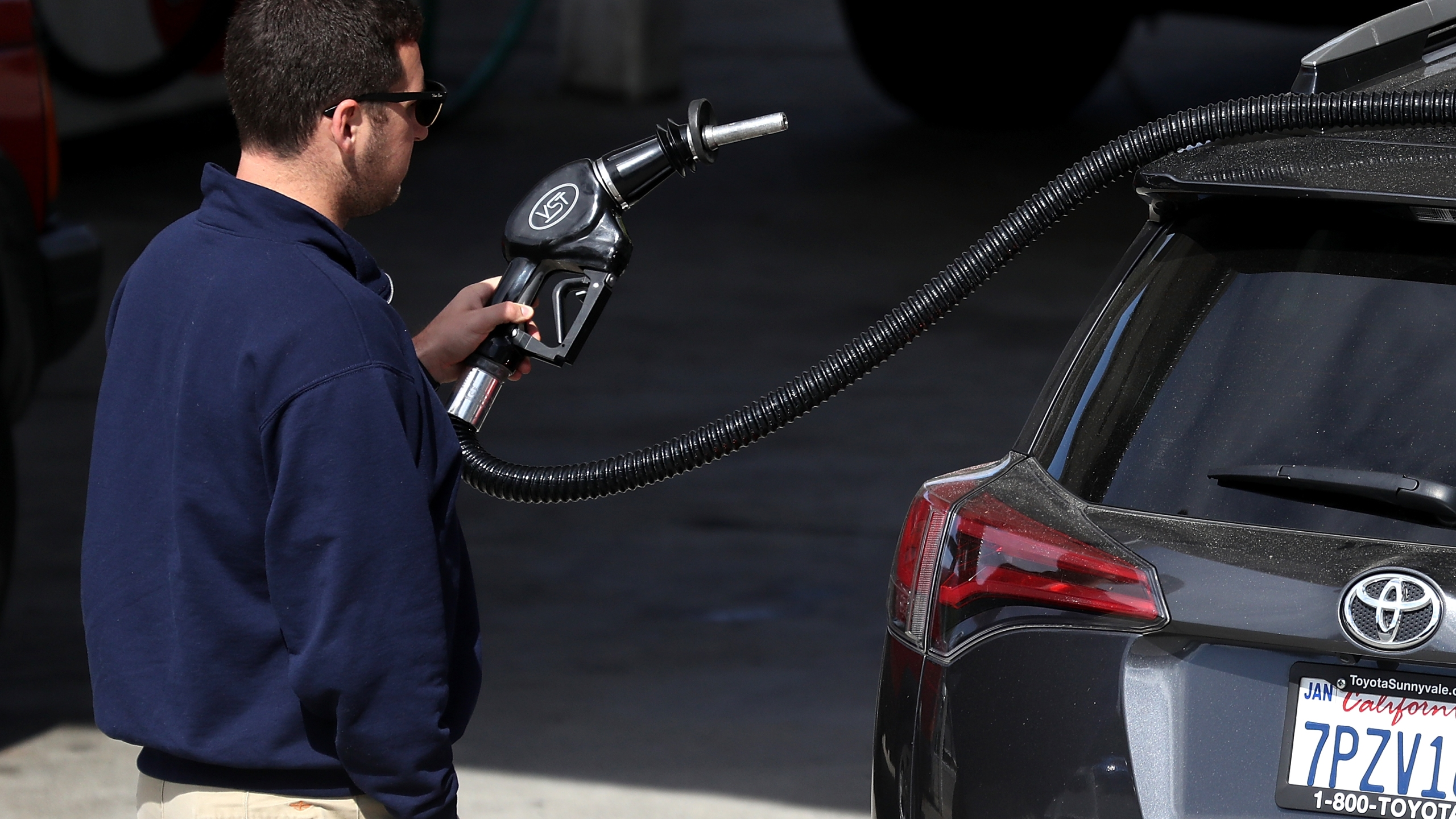 A customer prepares to pump gasoline into his car at a gas station on May 10, 2017, in San Anselmo. (Credit: Justin Sullivan/Getty Images)