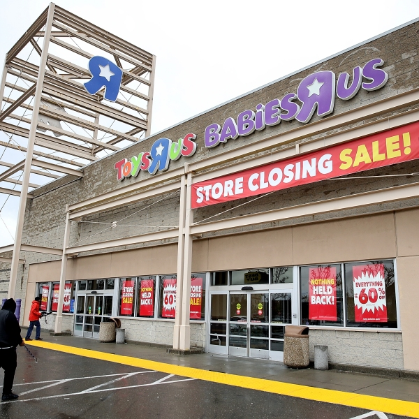 Customers enter a Toys R Us store on March 15, 2018, in Emeryville. (Credit: Justin Sullivan / Getty Images)