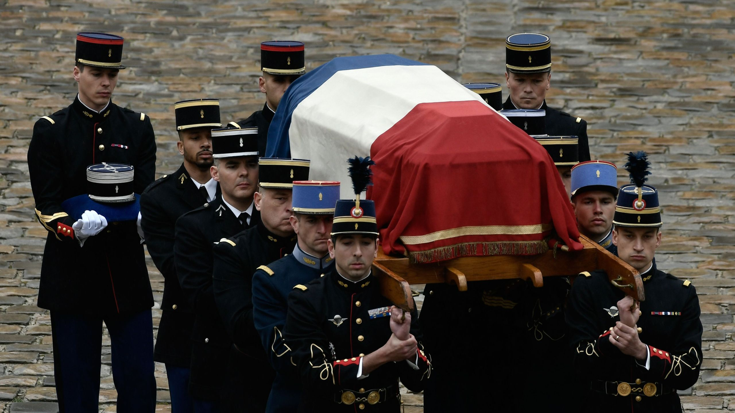 Republican Guards, Gemdarmes and Cadets from the joint-army military school, Ecole Militaire Interarmes, carry the coffin of Lieutenant-Colonel Arnaud Beltrame during a national ceremony on March 28, 2018 at the Hotel des Invalides in Paris. (Credit: PHILIPPE LOPEZ/AFP/Getty Images)