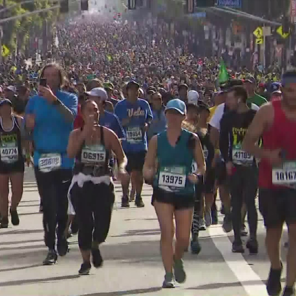 A sea of runners participate in the Los Angeles Marathon on March 18, 2018. (Credit: KTLA)