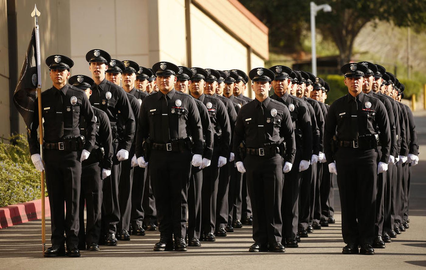 2018年4月,洛杉矶警察局的新兵在毕业典礼上。(Al Seib / Los Angeles Times)(photo:KTLA)