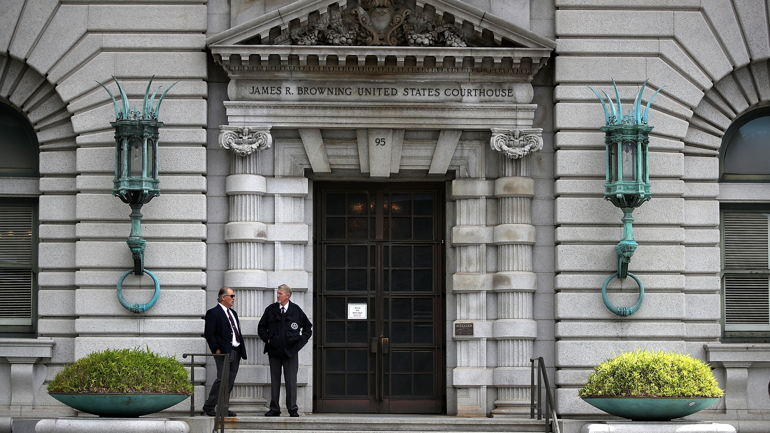 Security guards stand in front of the 9th U.S. Circuit Court of Appeals on June 12, 2017, in San Francisco. (Justin Sullivan/Getty Images)