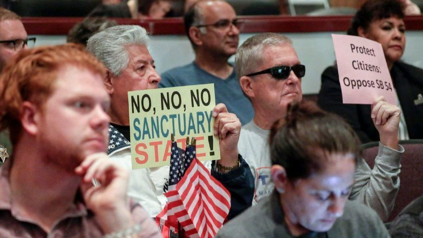 Protesters oppose sanctuary state at an Orange County Board of Supervisors meeting in 2018 (Credit: Los Angeles Times)