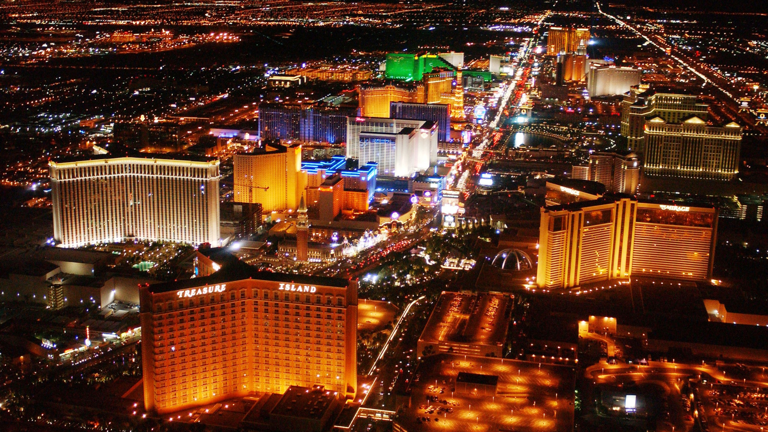 The strip on Las Vegas Boulevard is seen on May 30, 2002 in Las Vegas, Nevada. (Credit: Robert Mora/Getty Images)