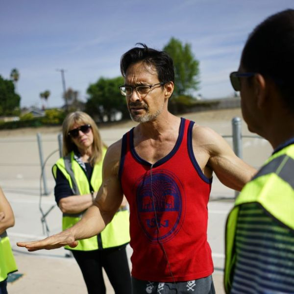 David Spangler, center, talks with volunteers at the West Valley Los Angeles River Bikeway on March 31, 2018. (Credit: Kent Nishimura / Los Angeles Times)