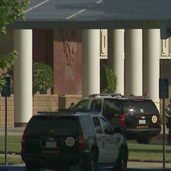 L.A. County sheriff's deputies respond to Highland High in Palmdale, where authorities say a student shot another student on May 11, 2018. (Credit: KTLA)