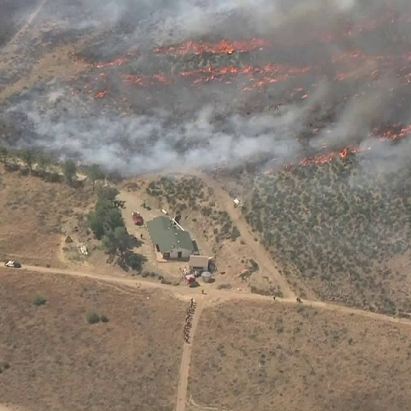 The Stone Fire inches closer to a structure in Agua Dulce on June 4, 2018. (Credit: KTLA)