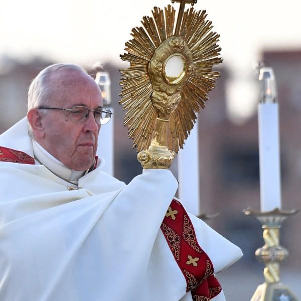 Pope Francis celebrates the Corpus Domini mass in front of the parish of Nostra Signora di Bonaria in Ostia, Rome, on June 3, 2018. (Credit: ALBERTO PIZZOLI/AFP/Getty Images)