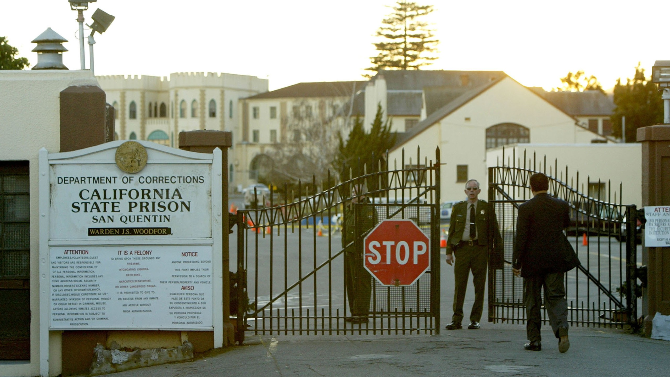 Reverend Jesse Jackson walks towards the California State Prison at San Quentin for a meeting with convicted killer Kevin Cooper on Feb. 9, 2004. (Credit: Justin Sullivan / Getty Images)