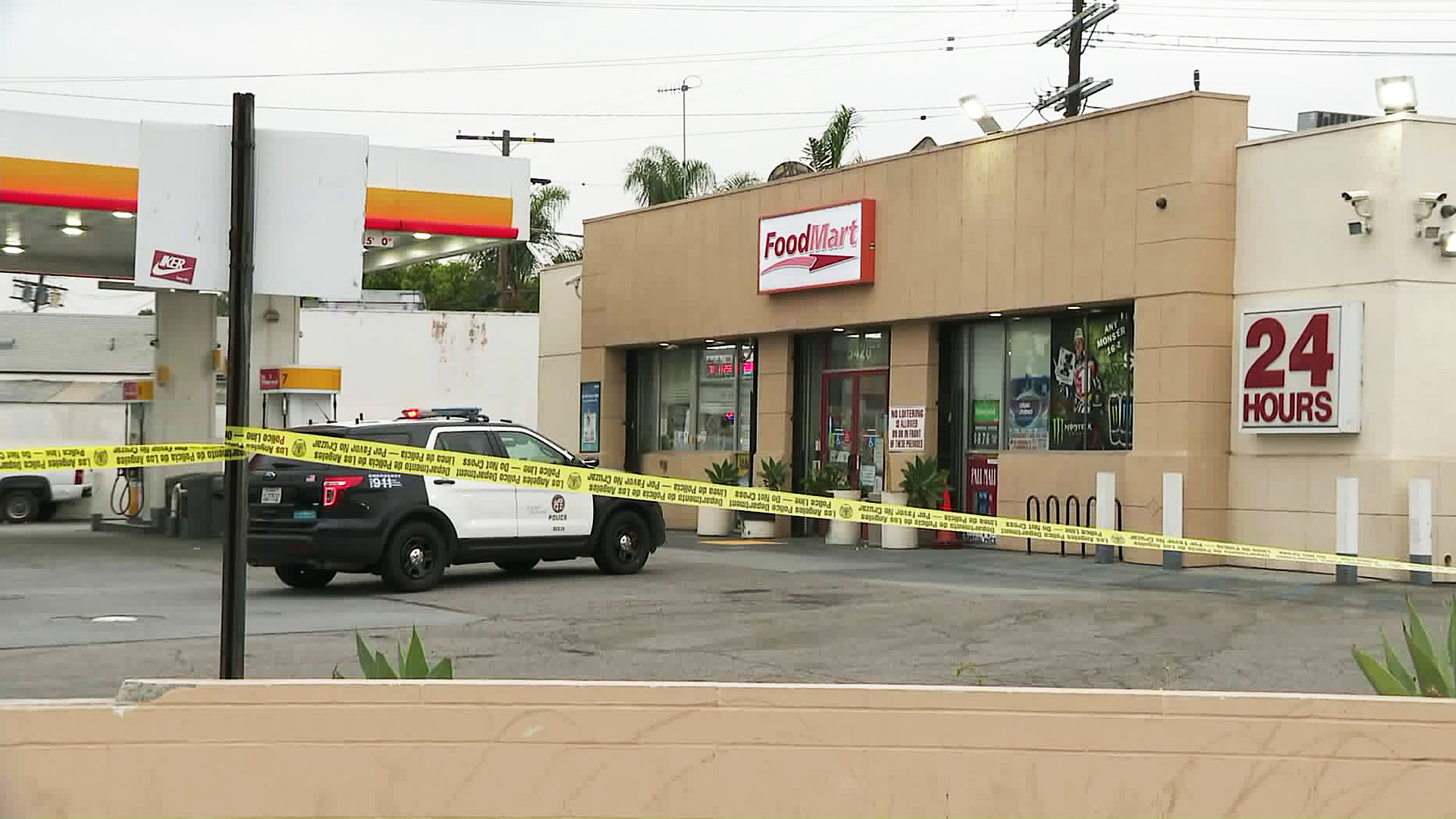 Police investigate a fatal shooting in Mid-City on July 3, 2018. (Credit: KTLA)