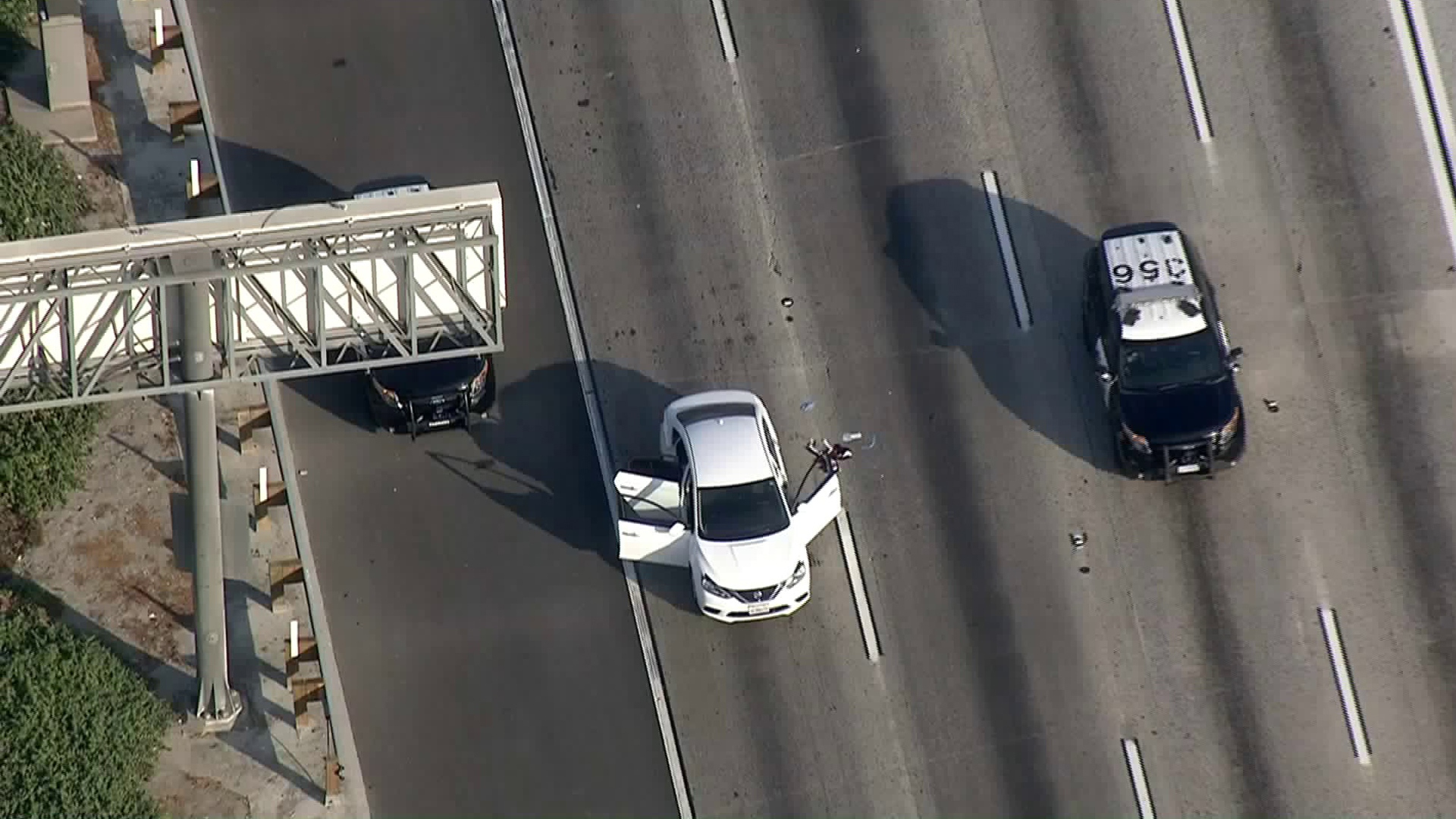 Authorities investigate following a car-to-car shooting on the 91 Freeway on Aug. 17, 2018. (Credit: KTLA)