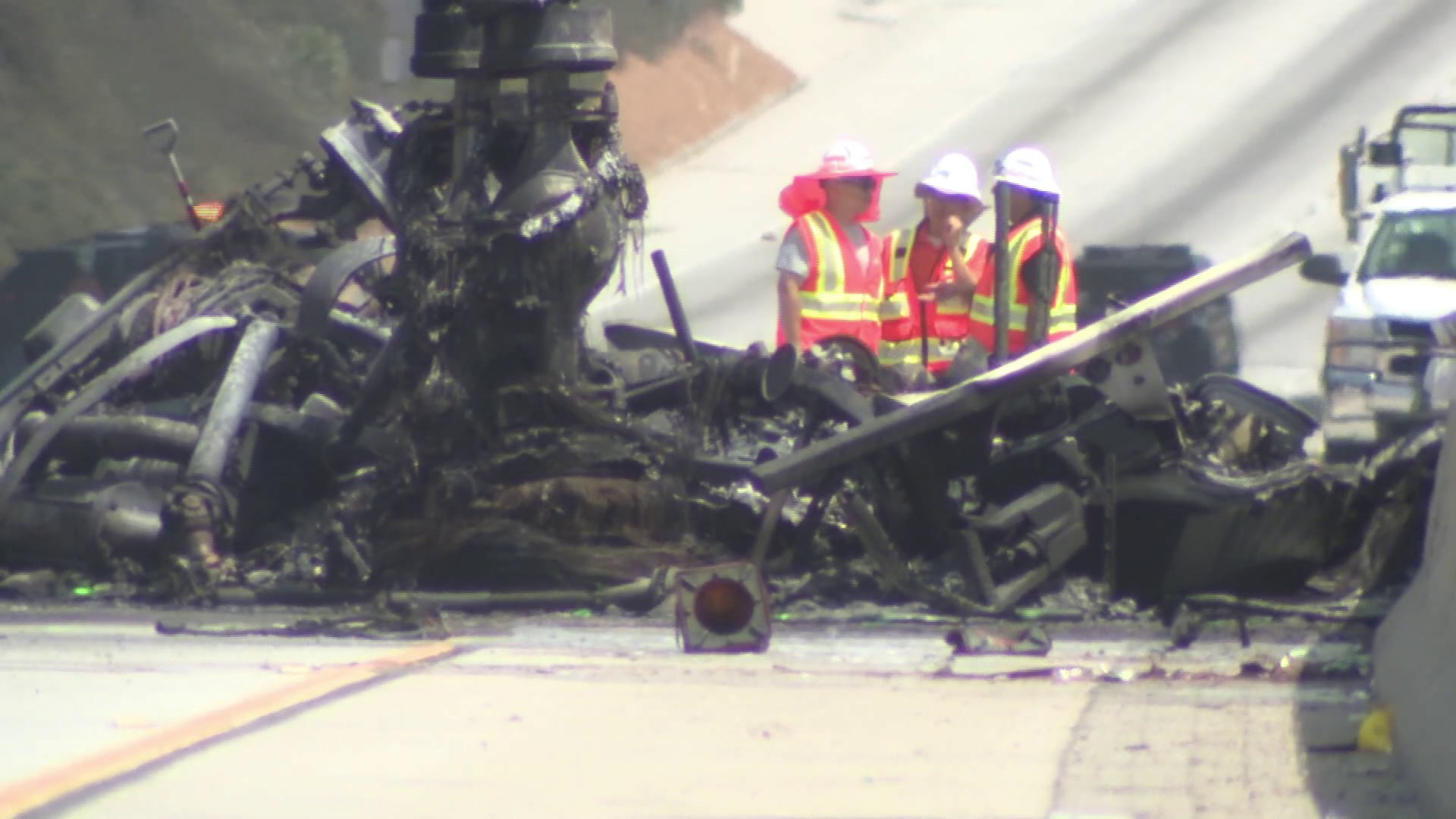 Authorities respond to a deadly tanker truck crash on the 105 Freeway in Hawthorne on Aug. 24, 2018. (Credit: KTLA)