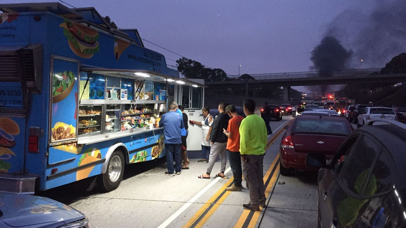 Commuters form a line to buy snacks after a double fatal fiery crash shut down the 105 Freeway in Hawthorne on Aug. 24, 2018. (Credit: Chris Keller / Los Angeles Times)