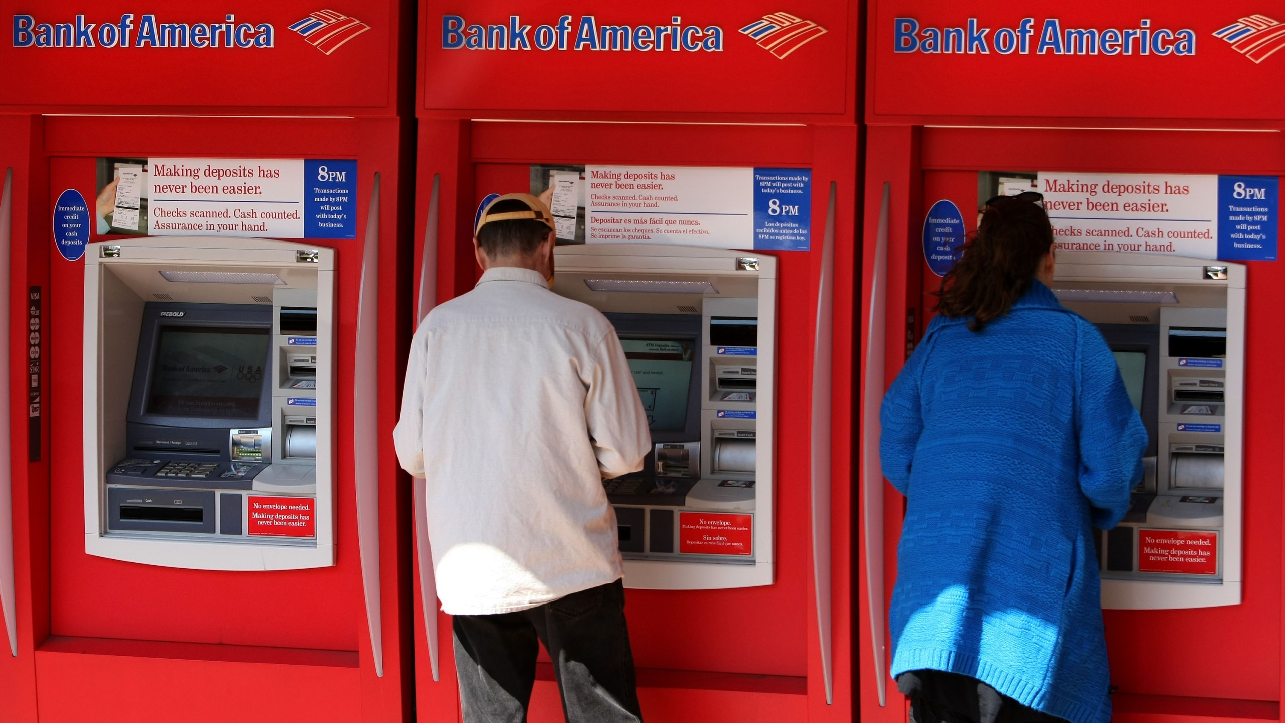 Customers use ATM machines at a Bank of America branch office in San Francisco on April 21, 2008. (Credit: Justin Sullivan / Getty Images)
