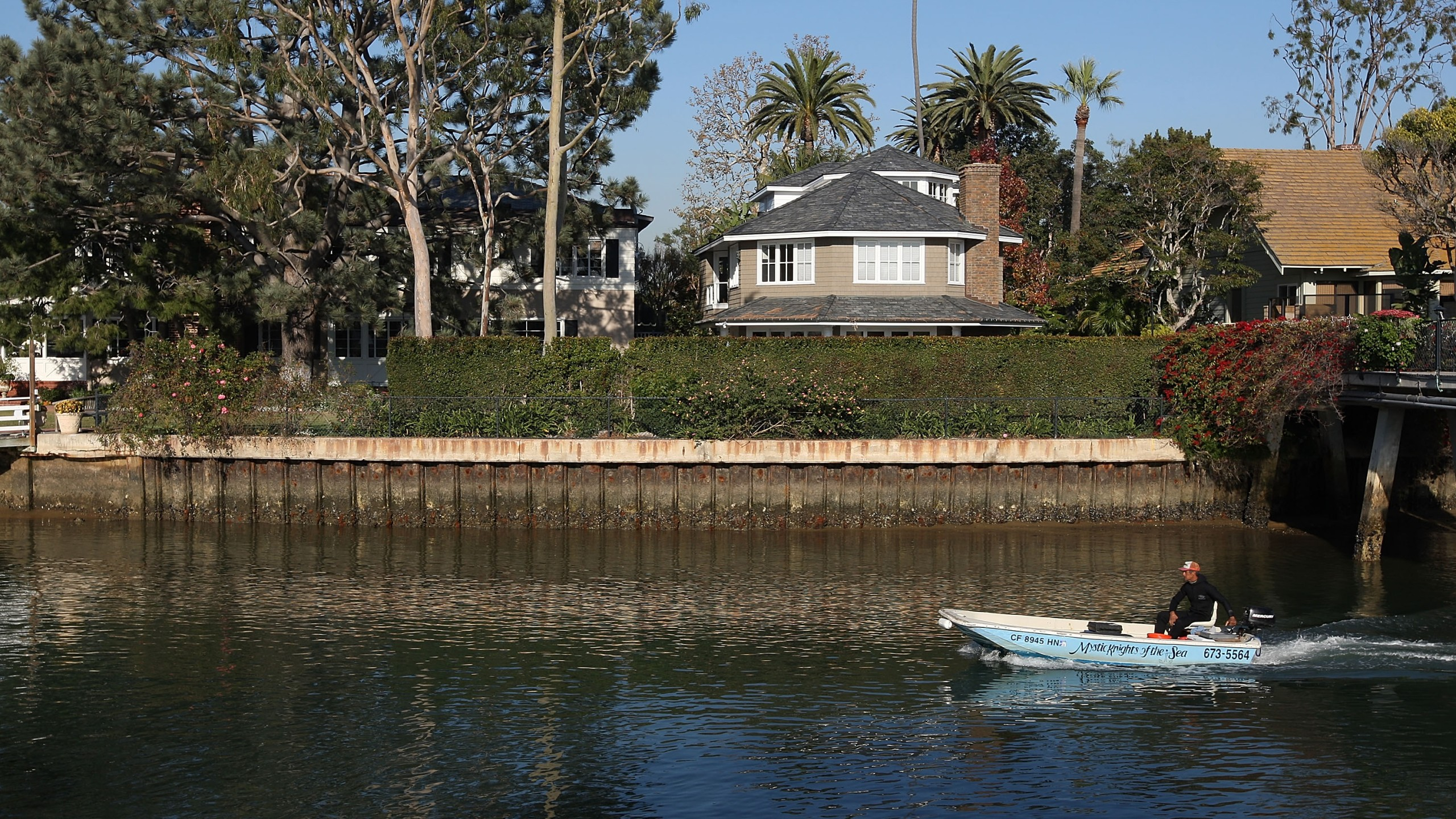 A boat passes marina in front homes on Dec.4, 2009 on Balboa Island in Newport Beach. (Credit: David McNew/Getty Images)