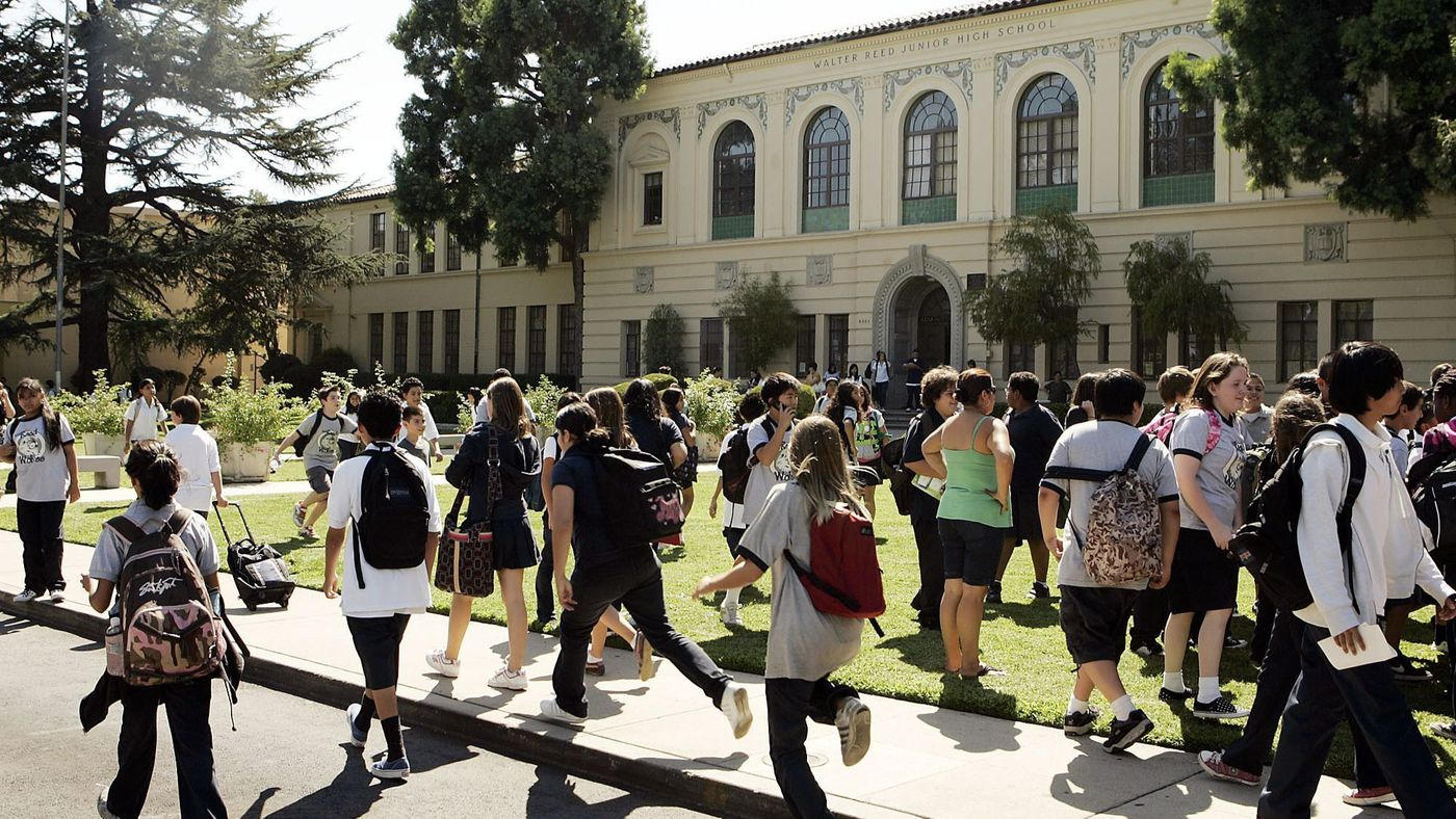 Students are seen on the campus of Walter Reed Middle School in North Hollywood in 2008. (Credit: Al Seib / Los Angeles Times)