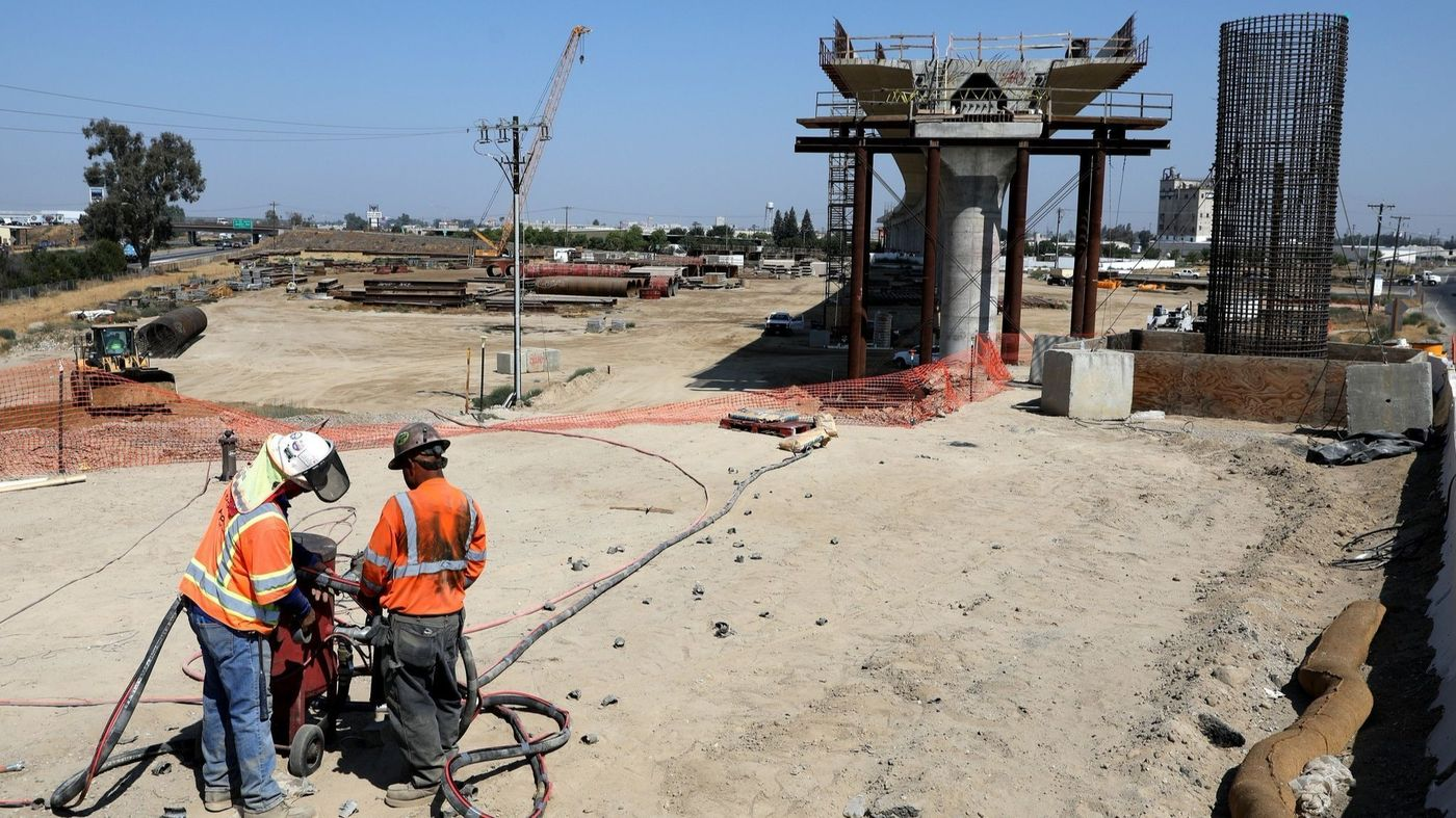 Workers stand at a construction site of the high-speed rail project in Fresno, California, on Aug. 15, 2018. (Credit: Gary Coronado / Los Angeles Times)